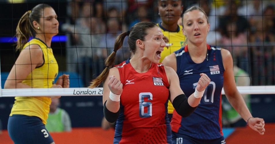 Nicole Davis, dos Estados Unidos, comemora ponto marcado contra o Brasil na final do vôlei feminino