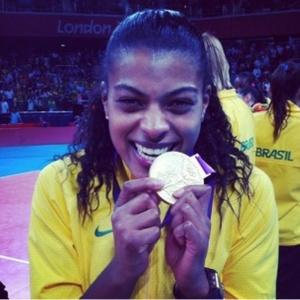 Oposto Fernanda Garay mostra medalha de ouro conquistada no vôlei feminino, após vitória sobre os Estados Unidos