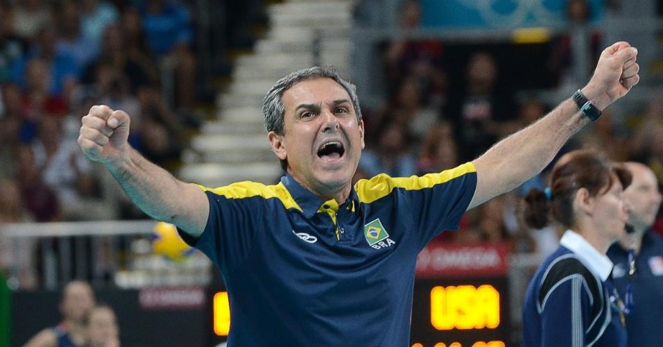 Técnico José Roberto Guimarães comemora na vitória do Brasil sobre os Estados Unidos na final do vôlei