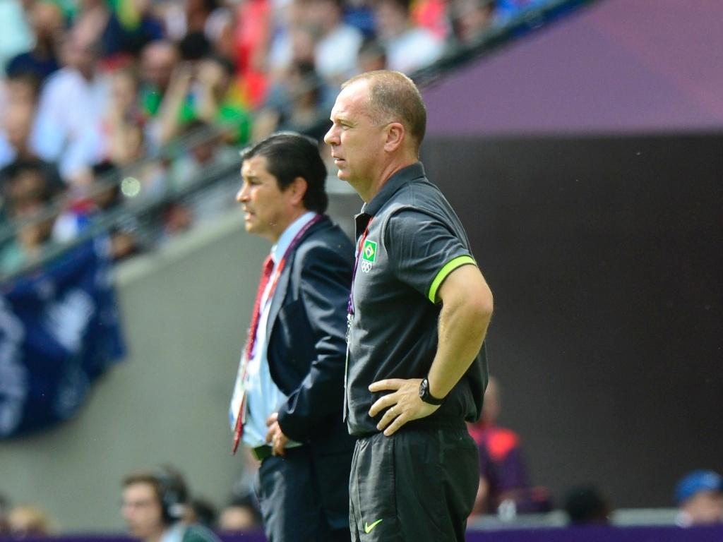Técnicos Mano Menezes e Luis Fernando Tena, ao fundo, acompanham decisão do ouro olímpico