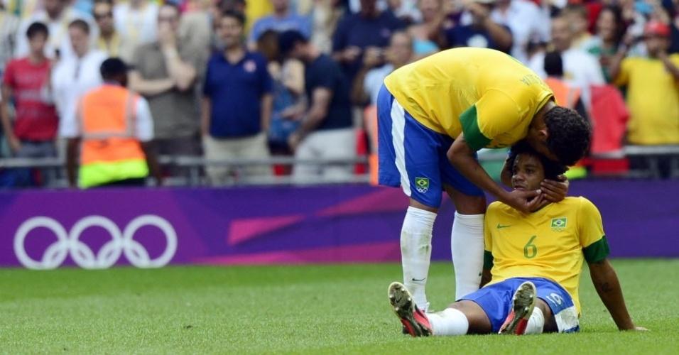 Zagueiro Thiago Silva consola o lateral Marcelo após a derrota para o México na final dos Jogos Olímpicos de Londres