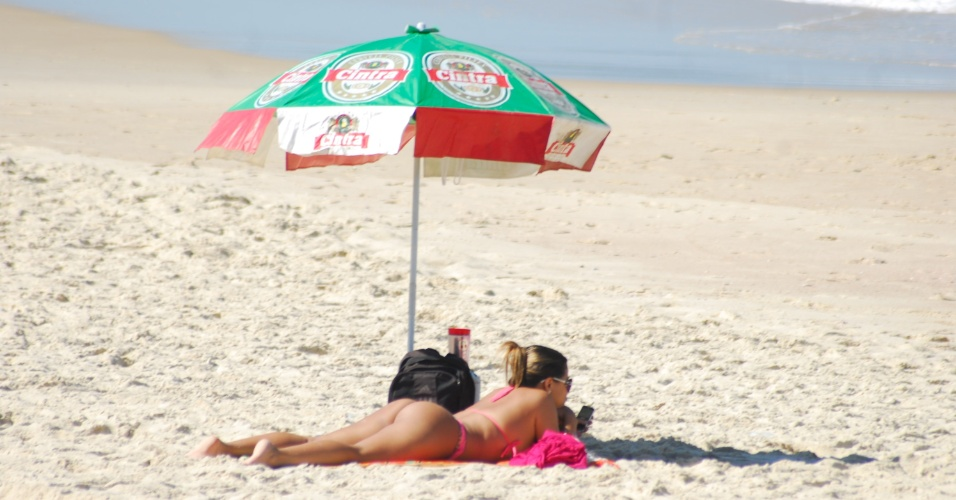 12.ago.2012 - Banhista aproveita sol forte para se bronzear na praia de Piratininga, em Niter&#243;i, neste domingo (12)