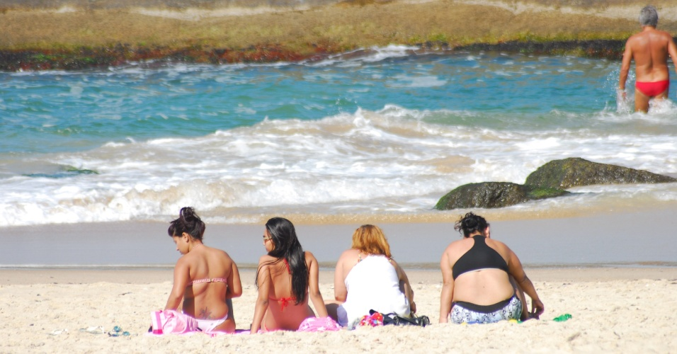 12.ago.2012 - Banhistas aproveitam sol forte para se bronzear na praia de Piratininga, em Niter&#243;i, neste domingo (12)