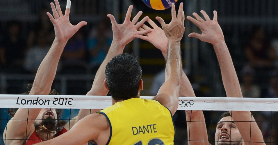 Dante disputa bola com bloqueio da Rússia em final olímpica do vôlei masculino