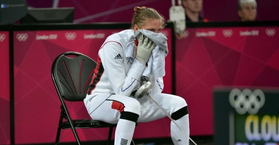 Francesa Amelie Caze aproveita uma pausa para descansar durante a esgrima do pentatlo moderno