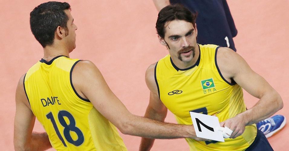 Giba é substituído por Dante no final do terceiro set da partida entre Brasil e Rússia