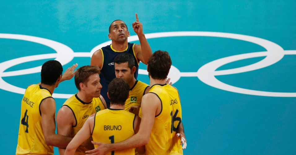 Jogadores brasileiros comemoram ponto em jogo contra a Rússia na final olímpica