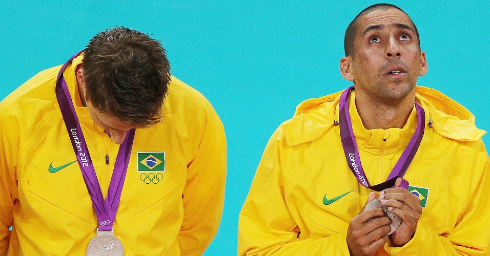 Jogadores brasileiros sobem ao pódio para receber medalha de prata olímpica
