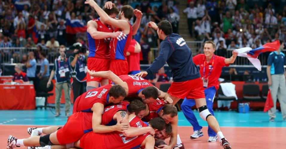 Jogadores russos comemoram vitória histórica de virada sobre o Brasil na final do vôlei masculino em Londres