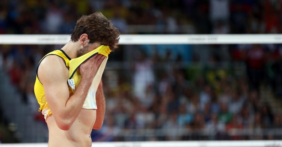 Lucão se lamenta após derrota histórica do Brasil para a Rússia na final do vôlei masculino