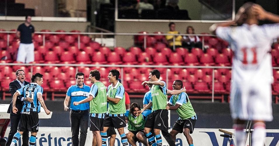 Luxemburgo e os jogadores do Grêmio comemoram o gol de André Lima, que definiu a vitória para os gaúchos sobre o São Paulo