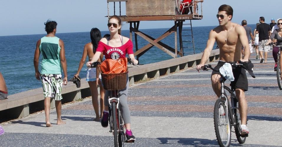 No dia dos Pais, Marina Rui Barbosa e Klebber Toledo pedalam na orla da praia da Barra, no Rio (12/8/12)