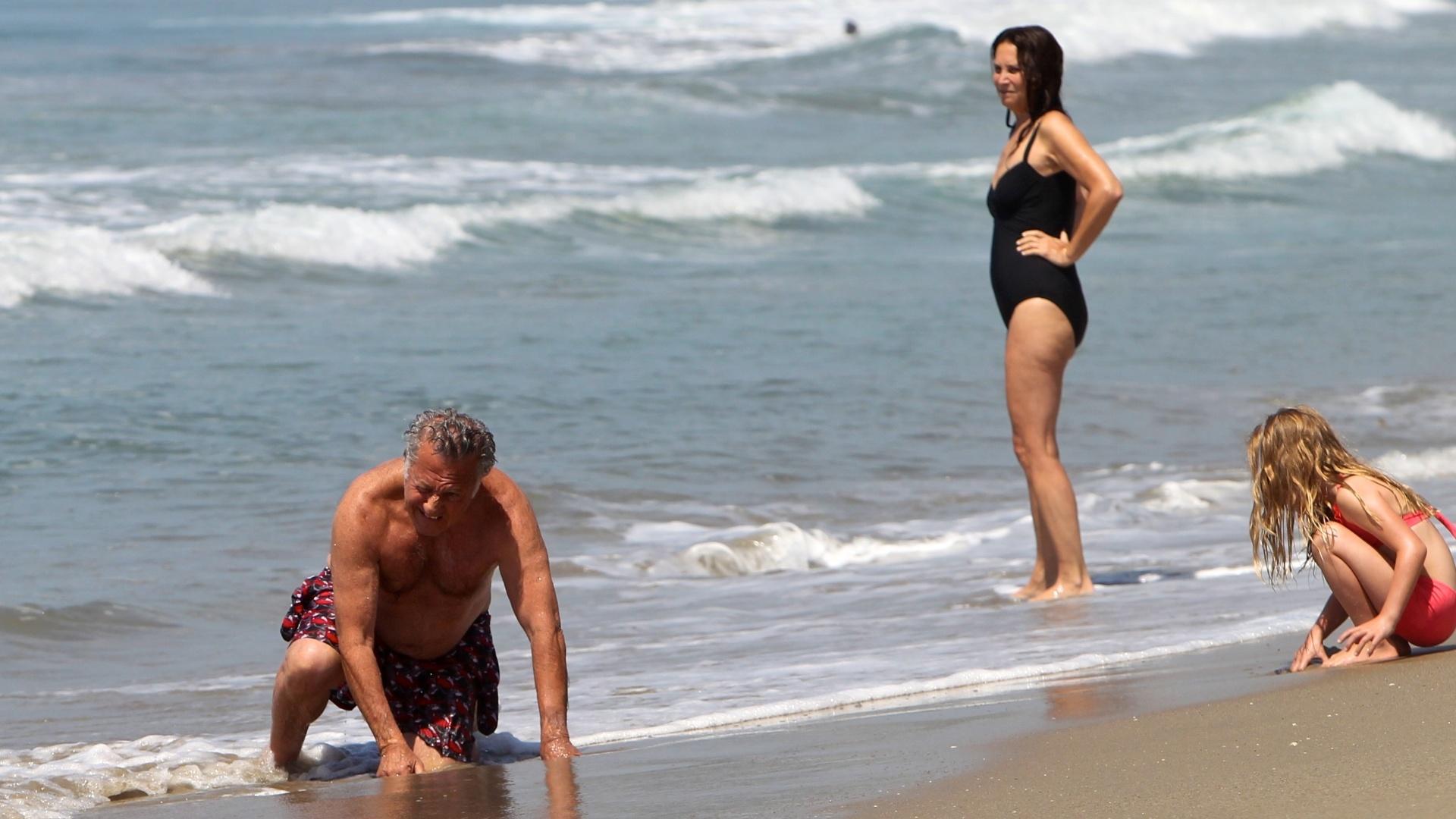 O ator procurou conchas e caranguejos na praia de Malibu com a família (12/8/12)