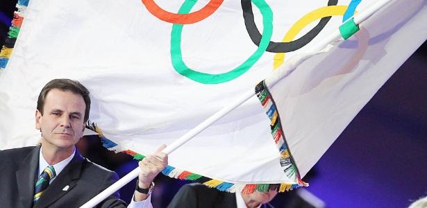 Prefeito Eduardo Paes recebeu a Bandeira Olímpica e responsabilidade de zelar por ela