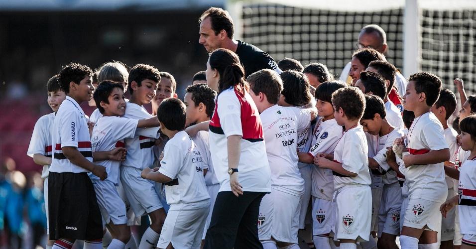 Rogério Ceni é cercado por crianças ao entrar em campo para São Paulo e Grêmio, no Morumbi
