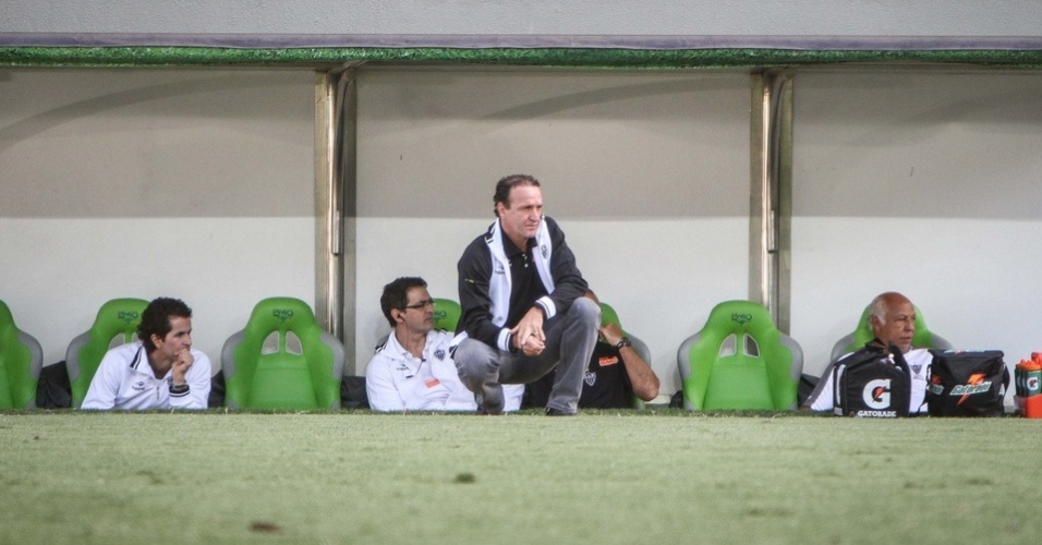 Técnico Cuca observa partida entre Atlético-MG e Vasco do banco de reservas