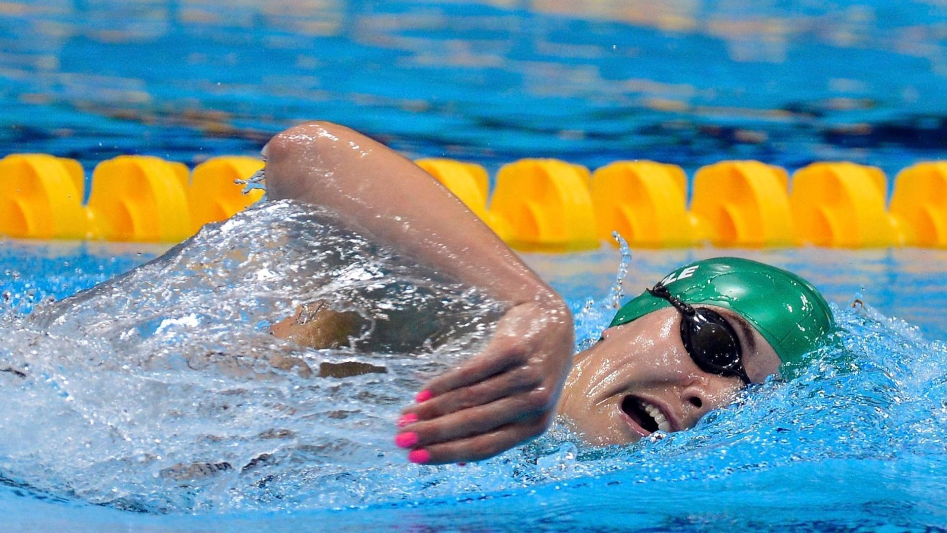 Unhas cor de rosa chamam a atenção na pentatleta Natalya Coyle, durante a natação, segundo prova da modalidade