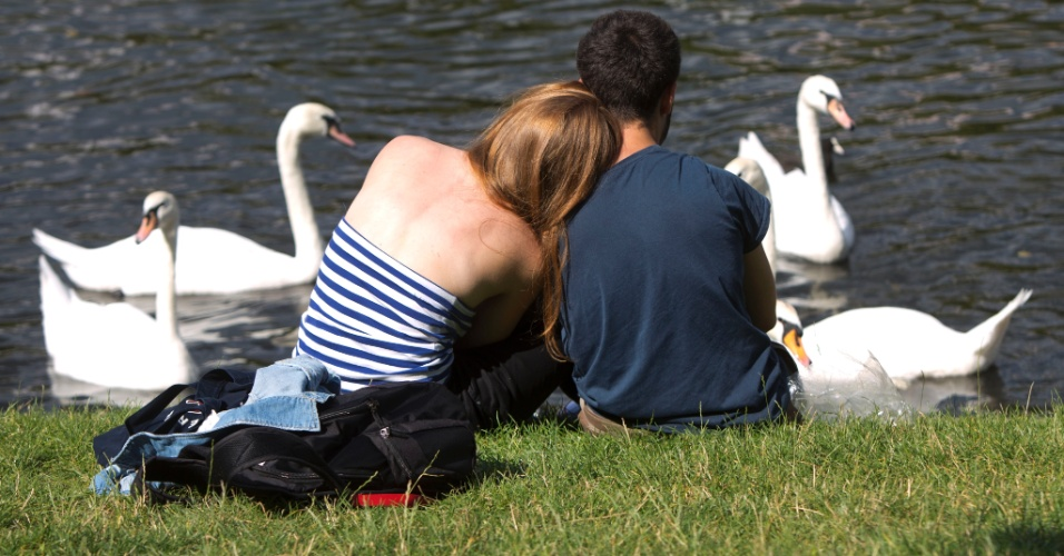 13.ago.2012 - Casal descansa &#224; beira do canal Landwehr, em Berlim, nesta segunda-feira (13). A temperatura na capital da Alemanha atingiu 25