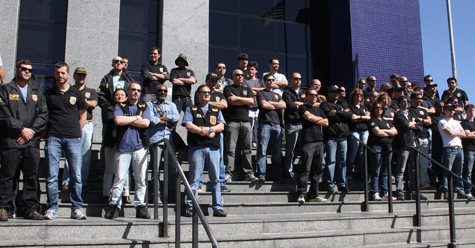 13.ago.2012 - Policiais Federais cruzam os braços durante protesto na manhã desta segunda-feira (13) em São Paulo. Em assembleia realizada na tarde de sexta (10), os policiais da PF do Estado de São Paulo resolveram manter a greve iniciada no dia 7 por tem indeterminado