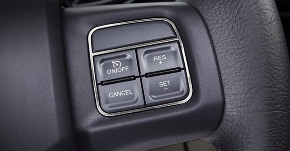 À direita do volante, os comandos do controle de cruzeiro (regulador de velocidade)