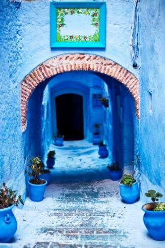 Arquitetura marroquina com paredes rústicas e de cores vivas