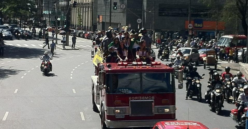 Carro de bombeiros segue em carreata pelas ruas de São Paulo em direção ao Palácio dos Bandeirantes onde as jogadoras serão recebidas pelo governador de São Paulo Geraldo Alckmin