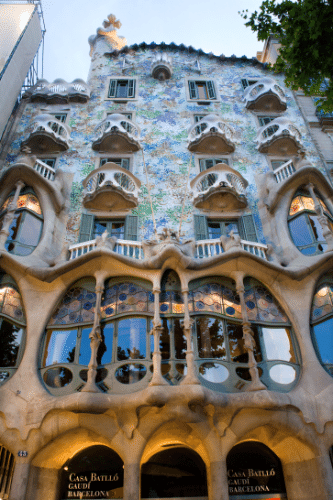 Casa Batll&#243;, do arquiteto Antoni Gaud&#237; (1852-1926). Com estilo pr&#243;prio e dificilmente classific&#225;vel, o arquiteto foi influenciado por alguns estilos como o mourisco e o g&#243;tico