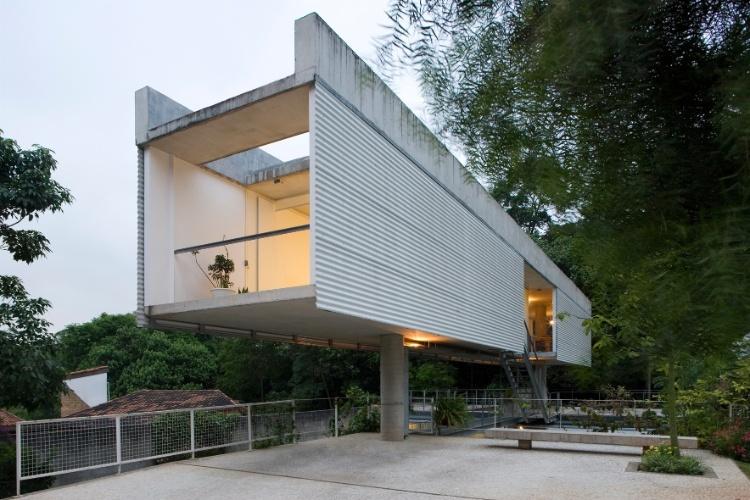 Casa Modernista projetada por Angelo Bucci e Alvaro Puntoni, vidro e concreto são predominantes na volumetria