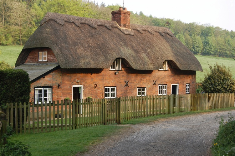 Casa rural da regi&#227;o de Hampshire, Inglaterra, constru&#237;da com tijolos e coberta com colmo