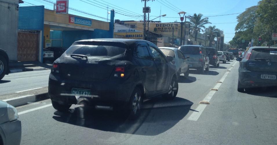 Chevrolet Onix encara o tráfego do sábado (11) em Jacareí (SP) em flagra de Renato Fortes