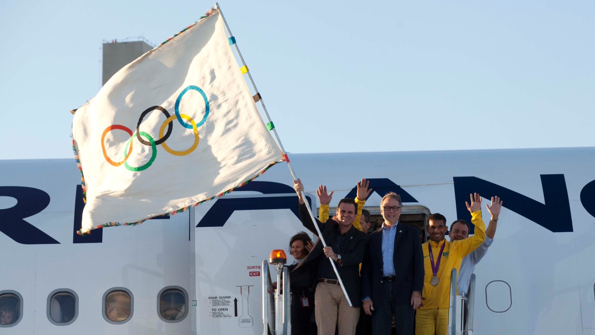 Eduardo Paes e Carlos Arthur Nuzman desembarcaram com bandeira olmpica no Rio