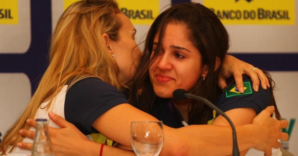 Emocionadas, Fernandinhas e Natalia se abraçam