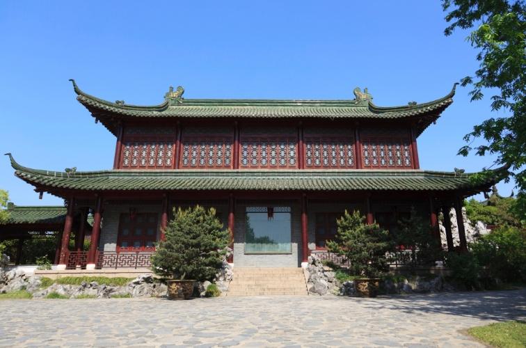 Estilo chinês tradicional, com telhado elaborado
