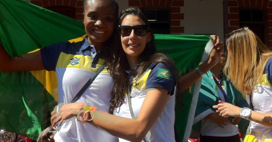 Fabiana e Sheila posam para foto antes do início da carreta que as levará ao Palácio dos Bandeirantes
