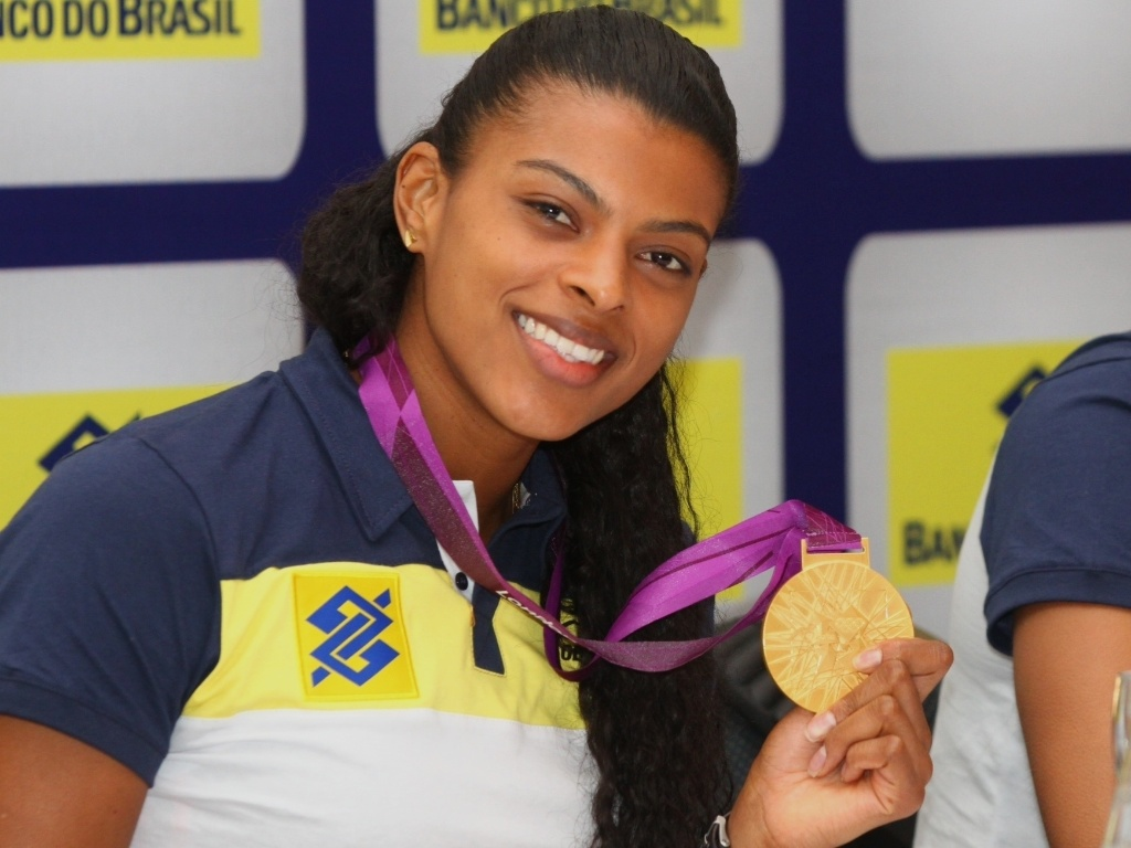 Fernanda garay exibe a medalha de ouro conquistada em Londres