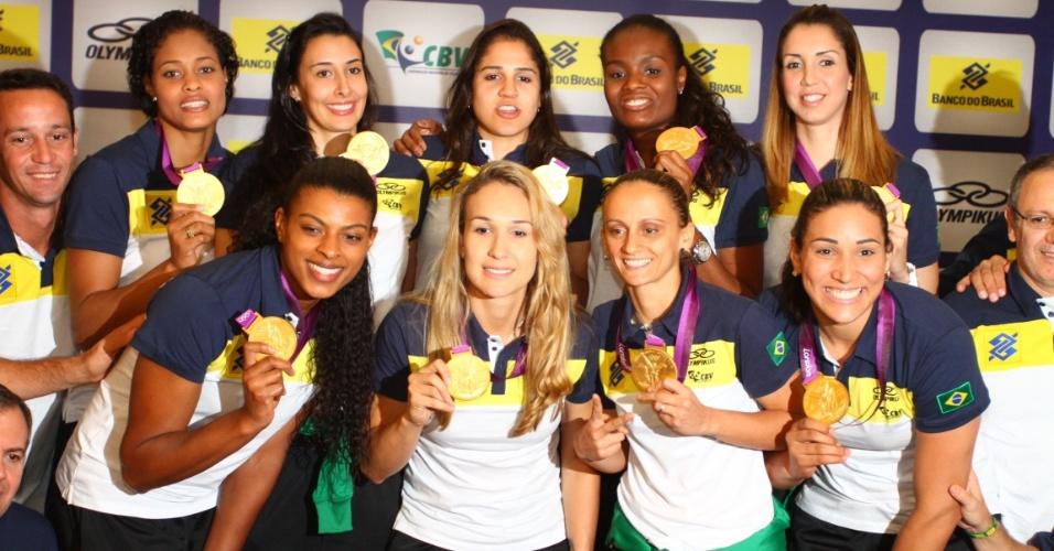 Jogadoras da seleção brasileira posam com a medalha de ouro na chegada em São Paulo