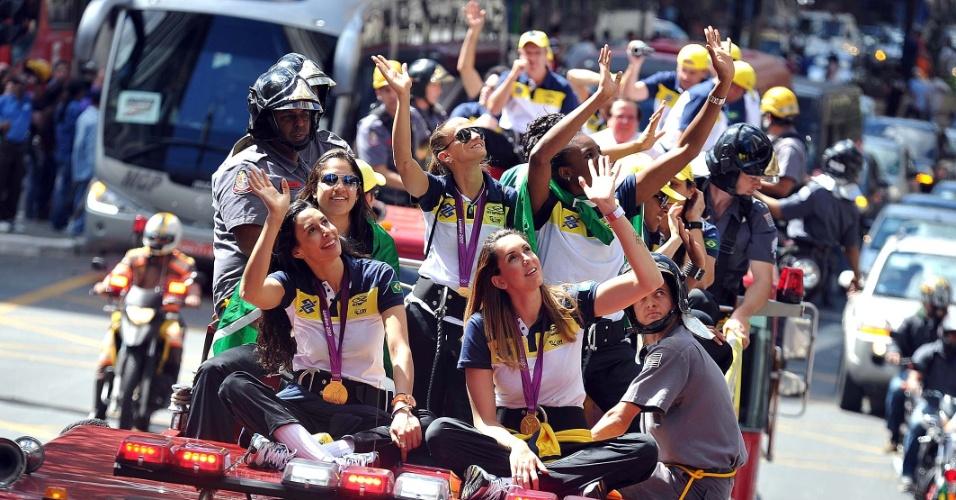 Jogadoras da seleção cumprimentam o público durante carreata em São Paulo