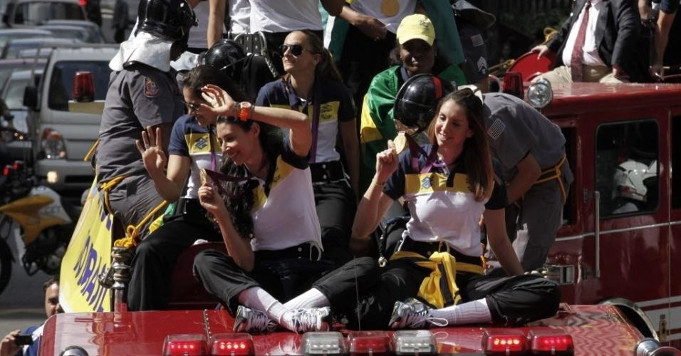 Sheilla e Thaisa exibem a medalha de ouro para os torcedores durante carreata em São Paulo