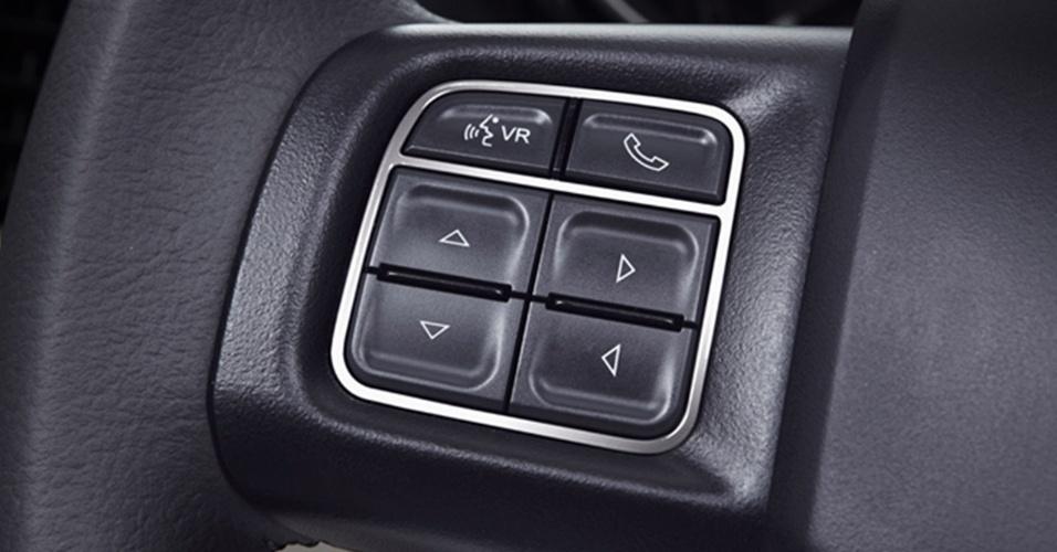 Teclas multifuncionais do braço esquerdo do volante mostram que funções de telefonia Bluetooth e de controle do som estão disponíveis