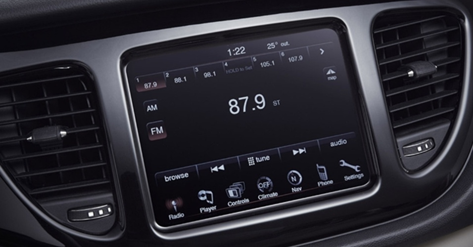 Tela permite ajustar configurações do carro, usar navegação por GPS, comandar telefone e rádio, exemplos típicos de conectividade a bordo de um carro do segmento médio