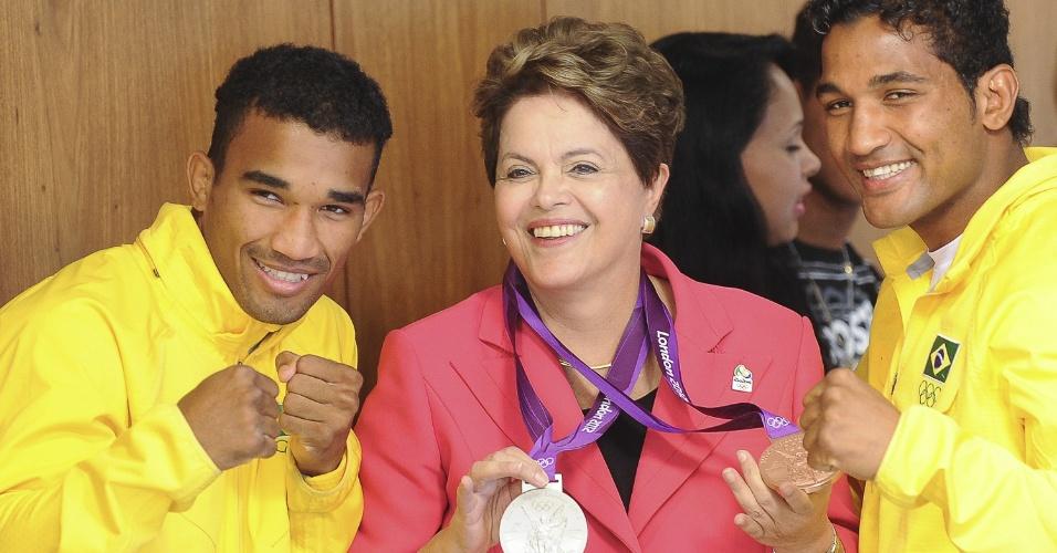 14.ago.2012 - A presidente Dilma Rousseff recebeu os atletas e irmãos Esquiva e Yamaguchi Falcão, que conquistaram medalhas de prata e de bronze, respectivamente, no boxe, durante as Olimpíadas em Londres. Na visita, o prefeito do Rio de Janeiro, Eduardo Paes, e o governador, Sergio Cabral, entregaram a bandeira olímpica para a presidente