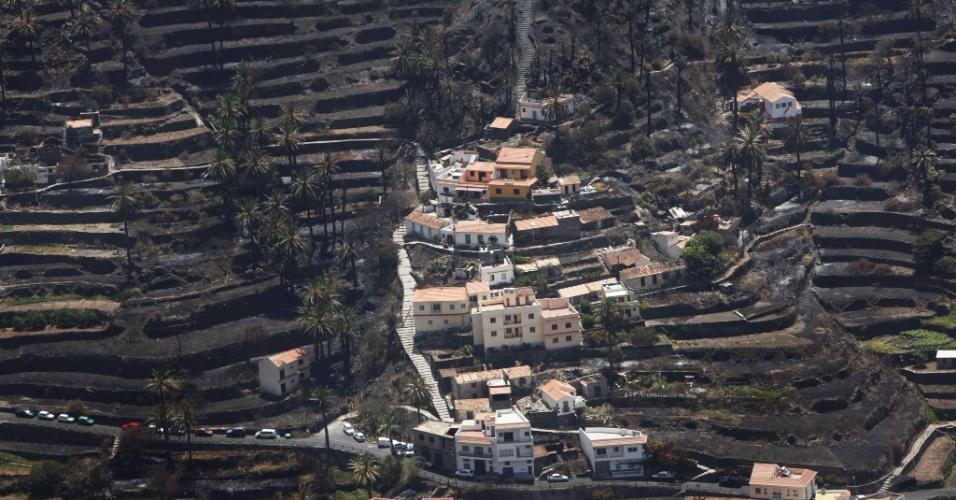 14.ago.2012 - Área queimada predomina no Vale Gran Rey, na Espanha, após os incêndios na ilha de La Gomera, no arquipélago das Canárias. Devido ao fogo, mais de 5.000 pessoas foram evacuadas de suas casas. Parte de uma reserva natural também foi consumida pelo fogo
