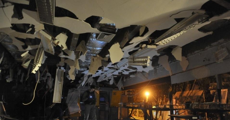14.ago.2012 - Bandidos explodiram uma agência do Banco do Brasil em Torres (RS), na madrugada desta terça-feira (14). Além de destruir o prédio, na área central da cidade, o grupo usou reféns como escudo e trocou tiros com a polícia. Ninguém ficou ferido. O dinheiro de pelo menos um caixa eletrônico foi levado