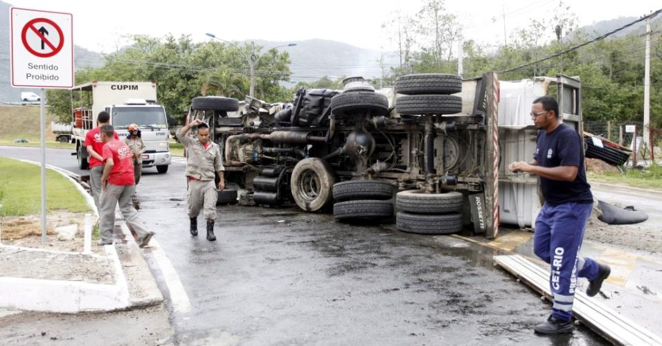14.ago.2012 - Dois caminhões bateram de frente na Estrada do Pontal, esquina com a avenida das Américas, no Rio de Janeiro. Um dos motoristas foi retirado das ferragens pelos bombeiros