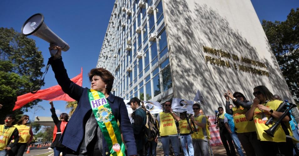 14.ago.2012 - Fiscais federais agropecuários protestam, em frente ao Ministério da Agricultura, contra a decisão do STJ que determinou o fim da greve