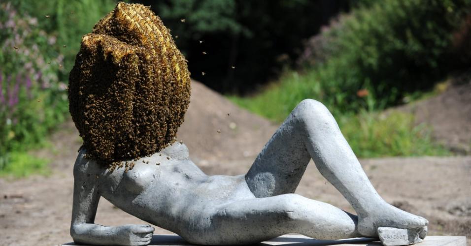 14.ago.2012 - Foto divulgada nesta terça-feira (14) mostra abelhas ao redor da cabeça de uma escultura do artista francês Pierre Huyghe, em exposição de Kassel, na Alemanha