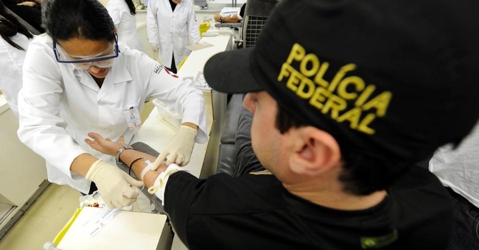 14.ago.2012 - Mantendo a greve iniciada no dia 7 de agosto, policiais federais doaram sangue nesta terça-feira (14), na Fundação Pró Sangue do Hospital das Clínicas, em São Paulo