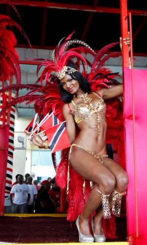 14.ago.2012 - Passista dança, nesta segunda-feira (13), em caminhão durante evento de boas-vindas aos atletas de Trinidad e Tobago que competiram na Olimpíada de Londres