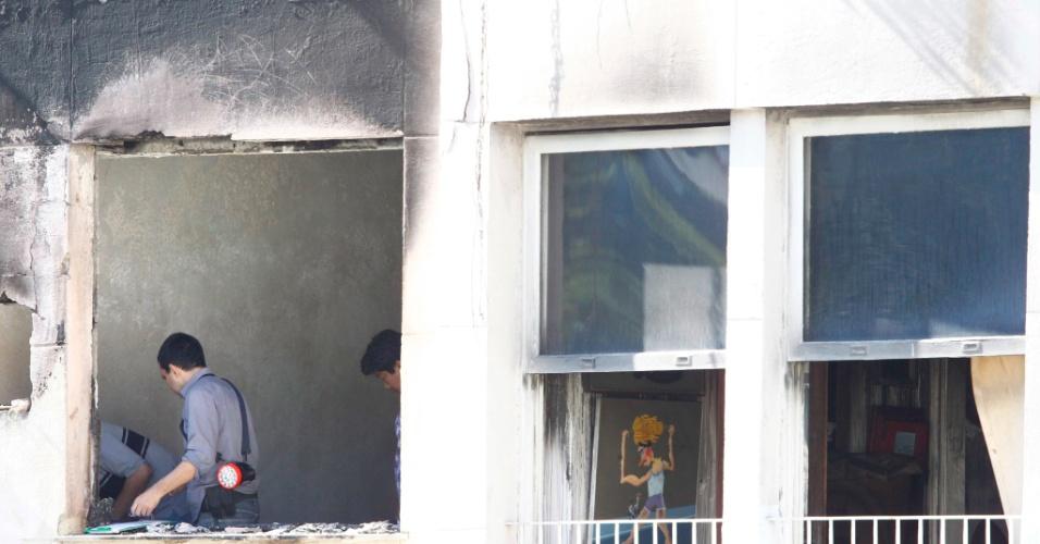 14.ago.2012 - Peritos começaram nesta terça-feira (14) a investigar o apartamento que pegou fogo na noite desta segunda-feira (13), em Copacabana, no Rio de Janeiro. O fogo destruiu o imóvel do colecionador de arte Jean Doghici