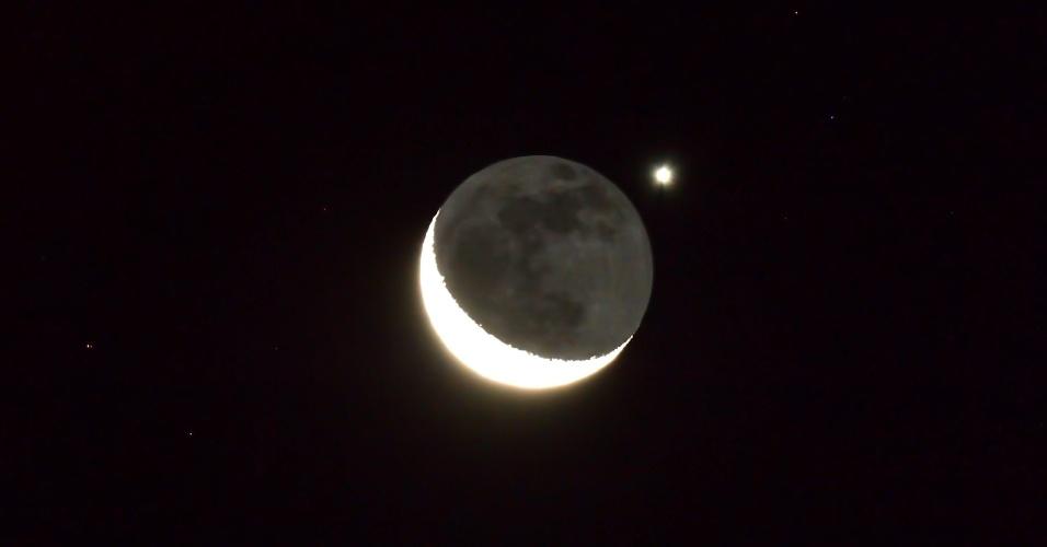14.ago.2012 - Planeta Venus aparece atrás da lua, nesta terça-feira (14), em foto tirada de Yangpyeong-gon, na Coreia do Sul